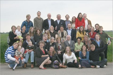 De Tiddens-clan met spil Leonie Leonie met schoon-, schijn-, achter-, klein- en eigen kinderen, broer, schoon- en zus en Léon Niessen in Wamel ter viering van haar 85e verjaardag